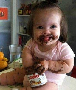 Foto-engraçada-de-bebê-comendo-Nutella-para-Facebook