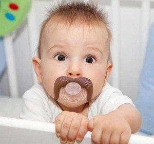 bebe-com-chupeta-de-bigode