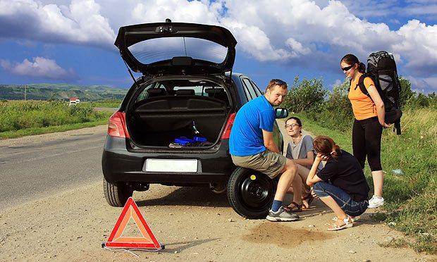 pneu-furado-carro-estrada-amigos-viagem